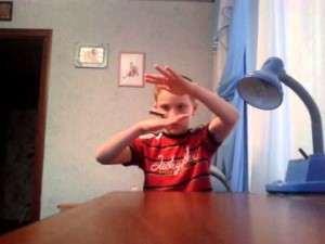 левитация спичечного коробка в руках у мальчика