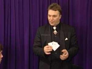 Фокусник демонстрирует простые карточные фокусы