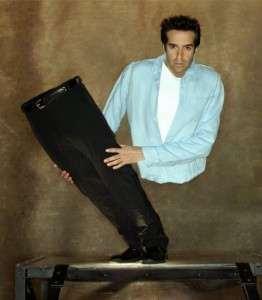 Дэвид Копперфильд во время исполнения трюка держит свои ноги
