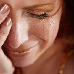 девушка плачет и не знает как забыть любимого
