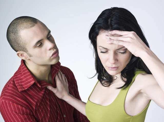 отказ и брезгливое лицо от предложения от любимого мужчины