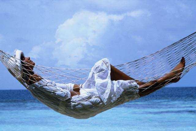Лежит в гамаке
