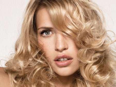 длинные волосы естественного цвета очень женственно смотрятся на девушке