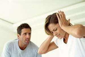 девушка спорит и ссориться с мужчиной и не хочет его слушать закрыв уши руками