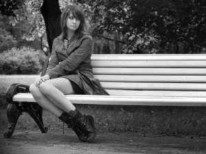 Одна на скамейке