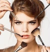 Делают макияж