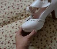 как убрать жвачку с обуви с помощью специальных покупных средств, указать их названия и цены по Москве