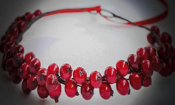 Амулет из красной ягоды