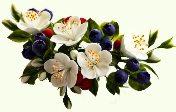 Амулет из цветов и ягоды